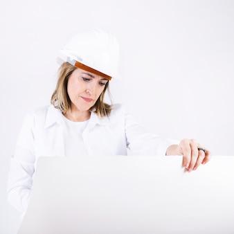 Engenheiro, examinando, desenhos técnicos
