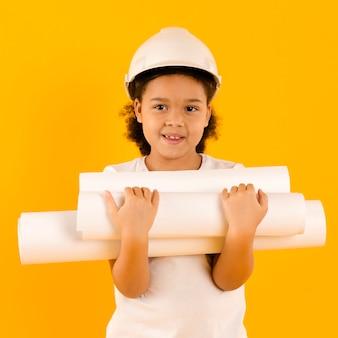 Engenheiro feliz segurando projetos