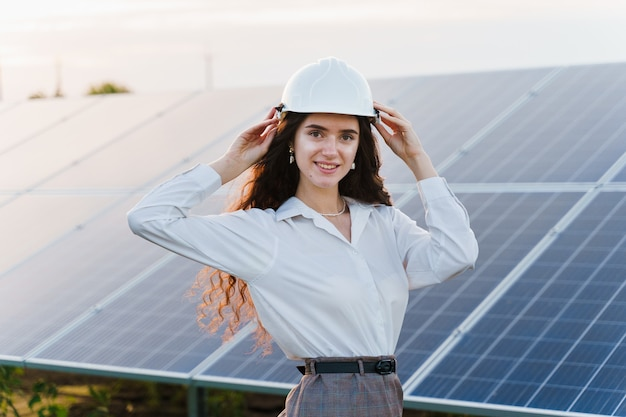 Engenheiro fica perto de fileiras de painéis solares