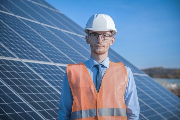 Engenheiro, homem de uniforme, óculos de capacete e jaqueta de trabalho