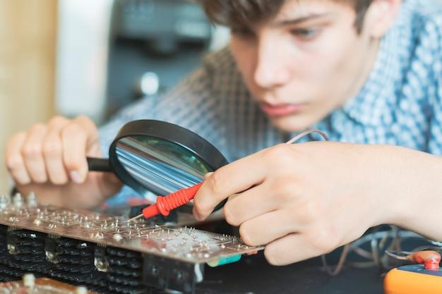 Engenheiro homem reparar placa de computador na oficina