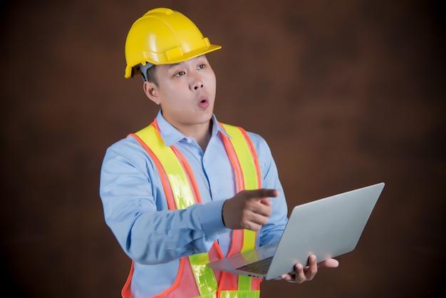 Engenheiro homem, trabalhador da construção civil com medo em estado de choque