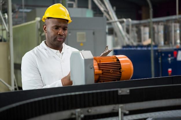 Engenheiro inspecionando máquinas