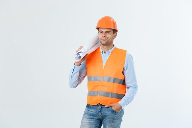 Engenheiro jovem profissional com planta, isolada no branco.