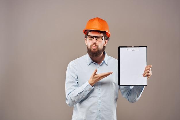 Engenheiro masculino profissional trabalhando profissão gesto com a mão de estúdio. foto de alta qualidade