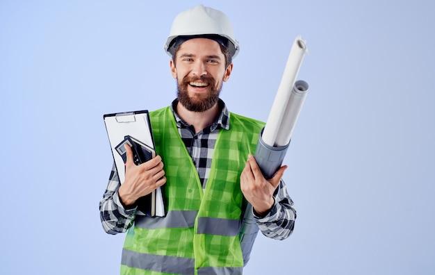 Engenheiro masculino projetos de capacete branco profissionais de segurança do trabalho