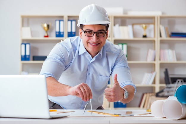 Engenheiro masculino trabalhando em desenhos e plantas