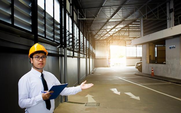 Engenheiro masculino, verificar, em, fábrica, com, nota, ligado, notepad, ou, indústria, obscurecido, fundo