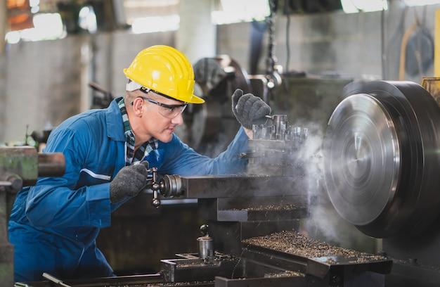 Engenheiro metalúrgico operando protótipo de produto em uma fábrica