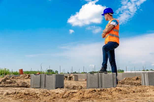 Engenheiro na construção das fundações do edifício. copie o espaço