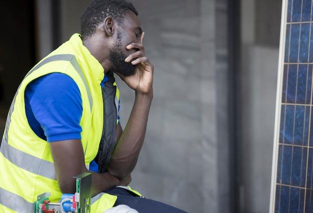 Engenheiro ou arquiteto de mãos dadas na cabeça. ele está tendo problemas no trabalho. conceito de engenharia.