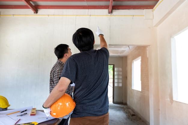 Engenheiro ou arquiteto discutindo com o capataz no canteiro de obras