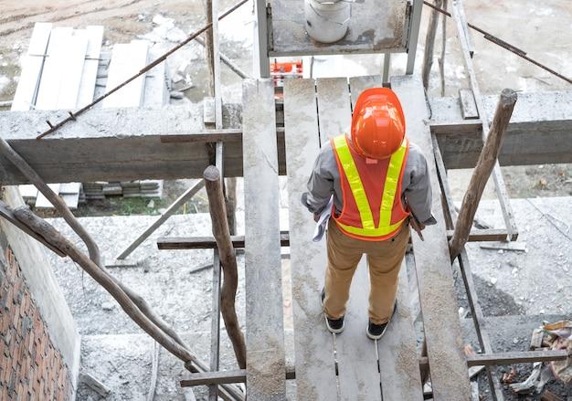 Engenheiro ou arquiteto inspecionando dentro de construção no canteiro de obras.