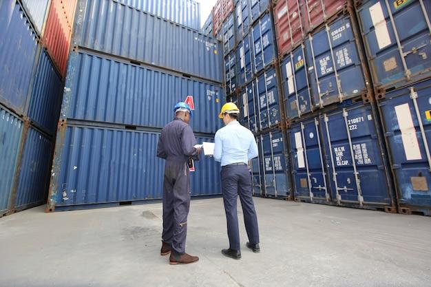 Engenheiro ou supervisor verificando e controlando o carregamento da caixa de contêineres de carga no porto.