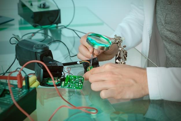 Engenheiro ou técnico repara circuito eletrônico quebrado