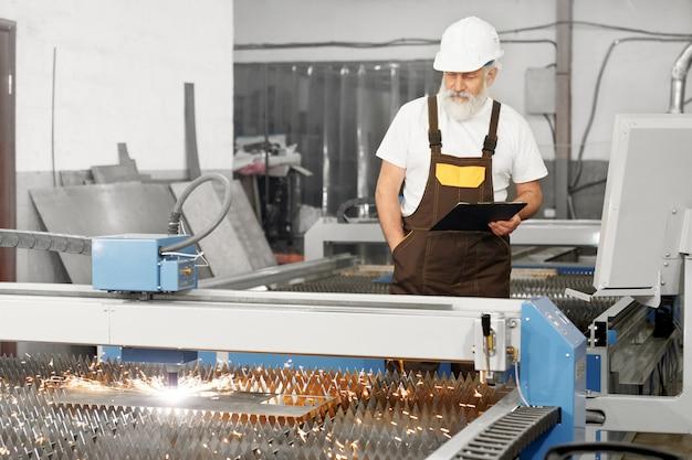Engenheiro profissional que controla o processo de corte a plasma