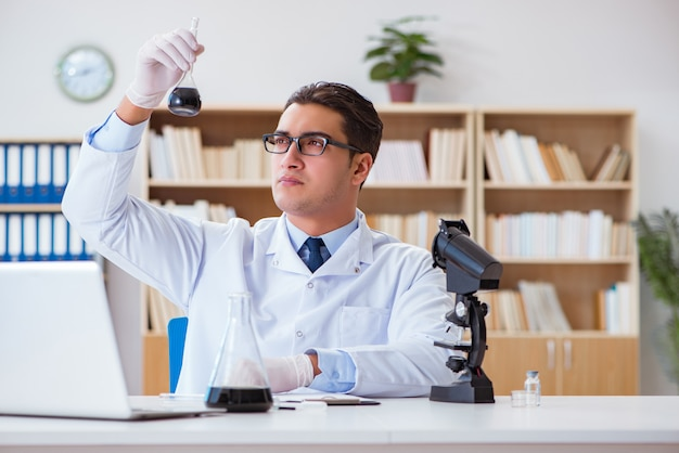 Engenheiro químico trabalhando em amostras de óleo em laboratório