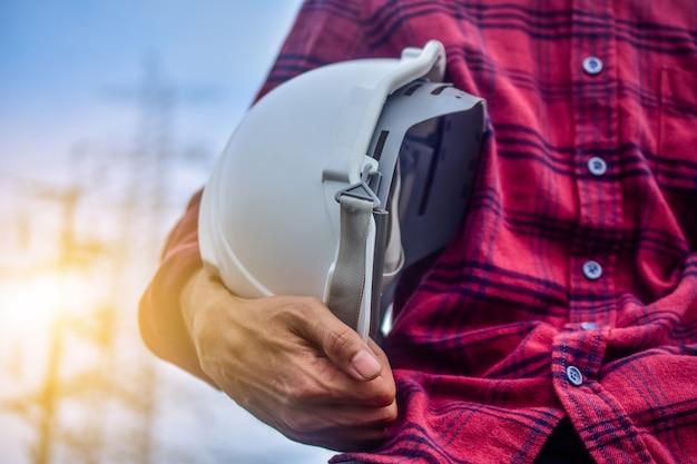 Engenheiro, segurando o capacete pessoa gerente serviço alta tensão usina fundo