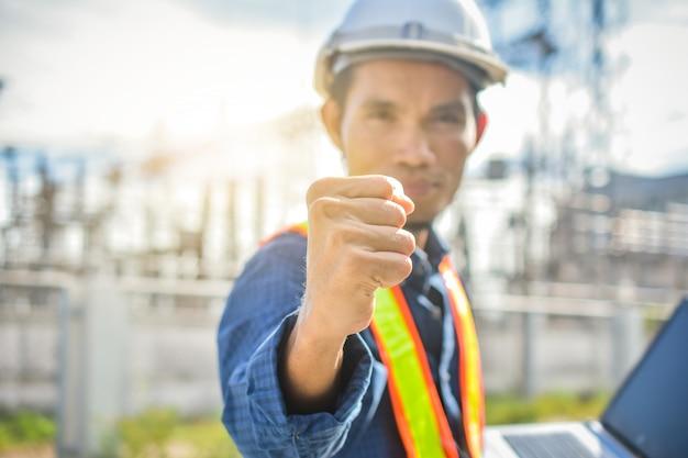 Engenheiro segurando o sucesso da mão no local de trabalho