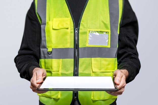 Engenheiro segurando um tablet digital Foto gratuita