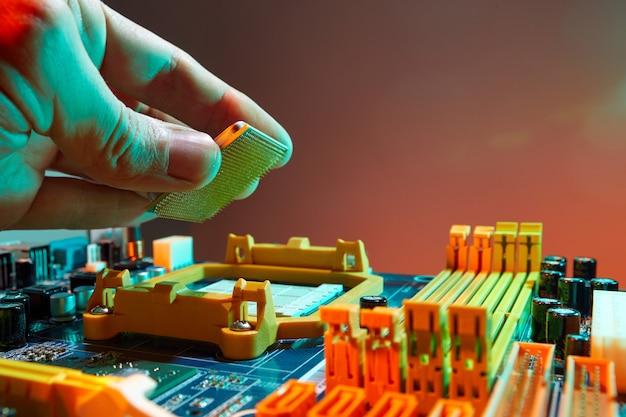 Engenheiro técnico segurando o chip da cpu