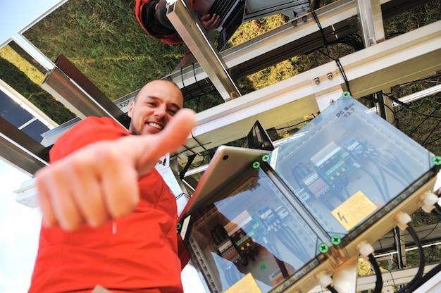 Engenheiro, trabalhando, com, laptop, instalando, painéis solares
