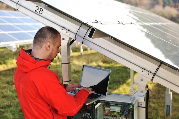 Engenheiro, trabalhando, com, laptop, por, painéis solares