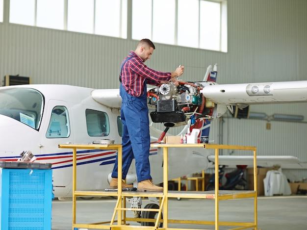 Engenheiro trabalhando com um avião