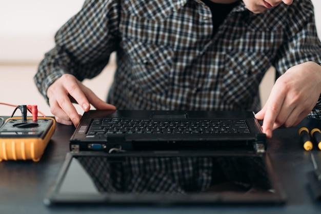Engenheiro trabalhando em laptop desmontado Foto Premium