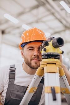 Engenheiro trabalhando na construção de fábrica