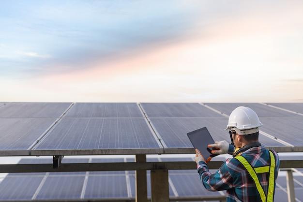 Engenheiro trabalhando na verificação de equipamentos no plano de energia solar