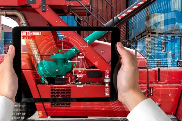 Engenheiro usa software de realidade aumentada na linha de produção de fábrica inteligente