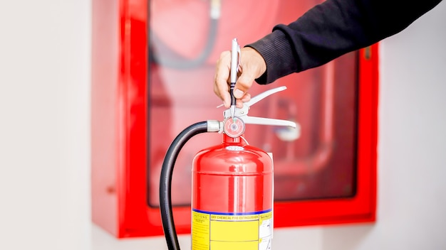 Engenheiro verificando o sistema de controle de incêndio industrial, controlador de alarme de incêndio, notificador de incêndio, sistema anti-incêndio. sistema pronto em caso de incêndio.