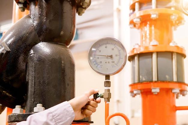 Engenheiro, verificar, condensador água, bombear, e, medidor pressão