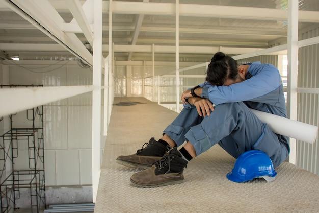 Engenheiros asiáticos que sofrem estresse não cometem erros em seus trabalhos sentados no chão