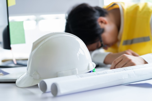 Engenheiros asiáticos se sentem cansados da pressão do trabalho