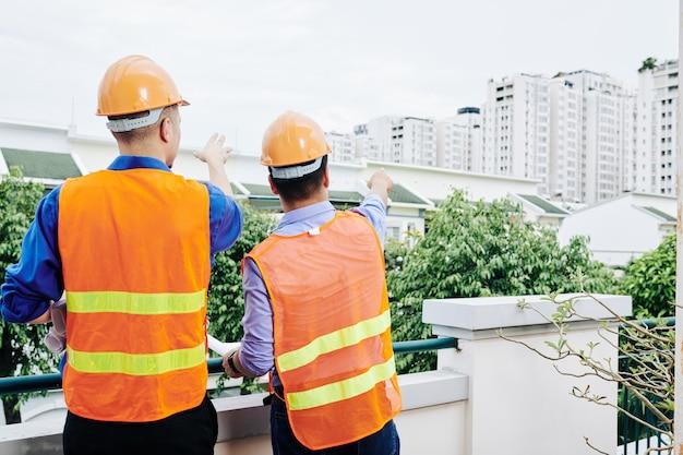 Engenheiros civis discutindo novo distrito