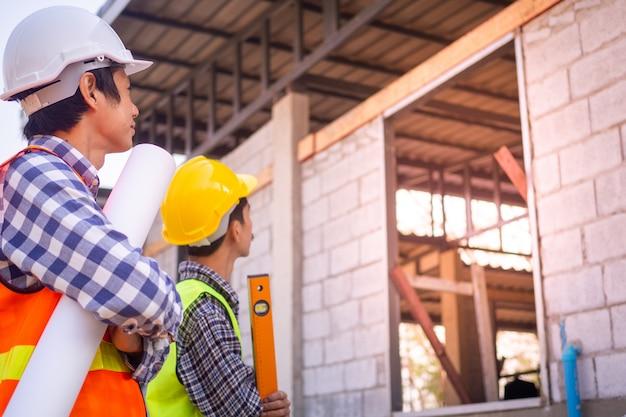 Engenheiros civis em frente a uma construção