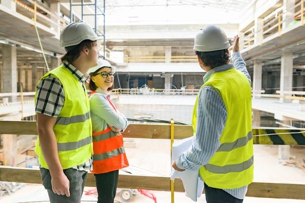 Engenheiros, construtores, arquitetos no canteiro de obras