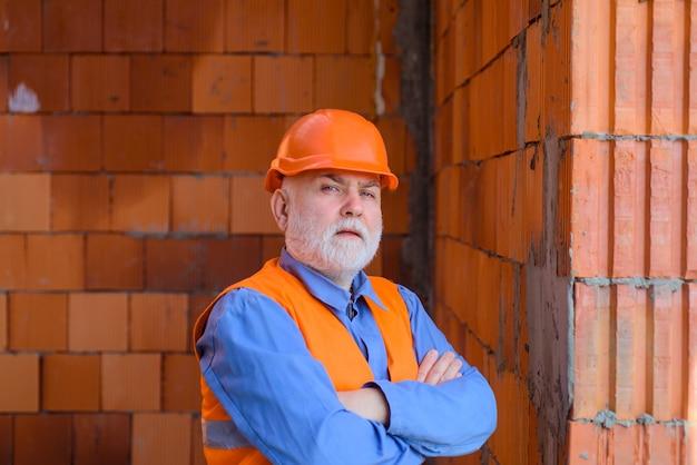 Engenheiros da indústria de construção trabalhando homem de reparos em construtor de capacete de construção em capacete