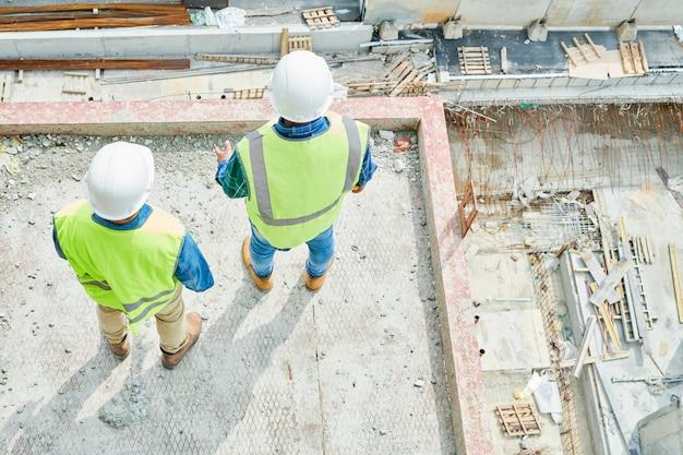 Engenheiros de construção anônimos, olhando para baixo