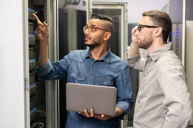 Engenheiros de rede trabalhando com supercomputador
