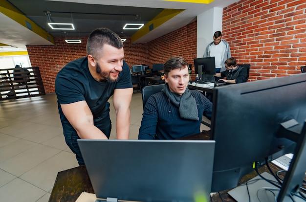 Engenheiros de software trabalhando em projeto e programação na empresa.