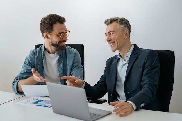 Engenheiros de software usando laptop, cooperação trabalhando no escritório. negócio de sucesso