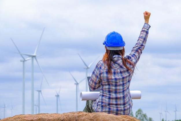 Engenheiros do sexo feminino estão felizes com o desenvolvimento da energia eólica para gerar eletricidade