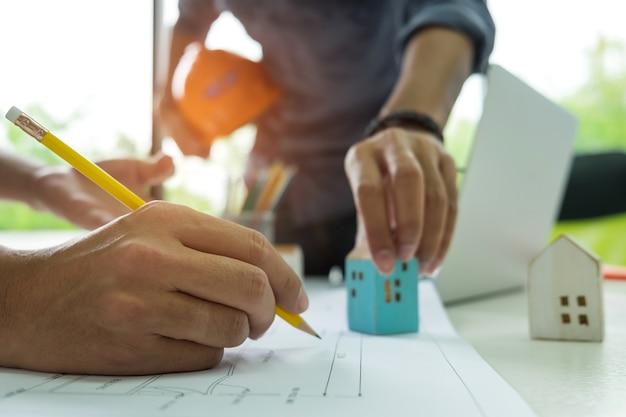 Engenheiros e designers estão ajudando a projetar a casa.