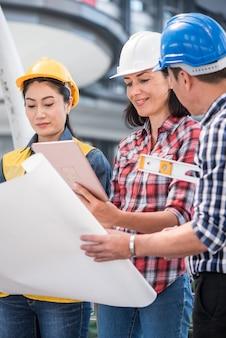 Engenheiros e trabalho em equipe, encontrando-se para a construção de um projeto de sucesso