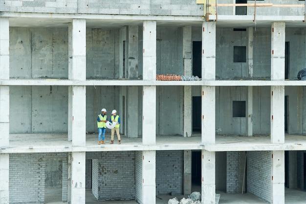 Engenheiros em construção inacabada