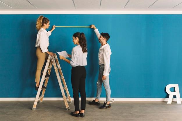 Engenheiros em frente à parede azul