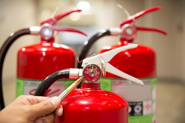Engenheiros estão verificando extintores de incêndio.